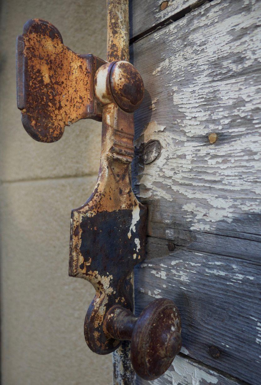 Une poignée de volet ancienne