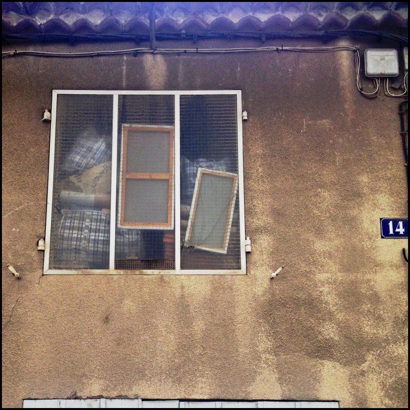 Une fenêtre avec un vrai bordel derrière