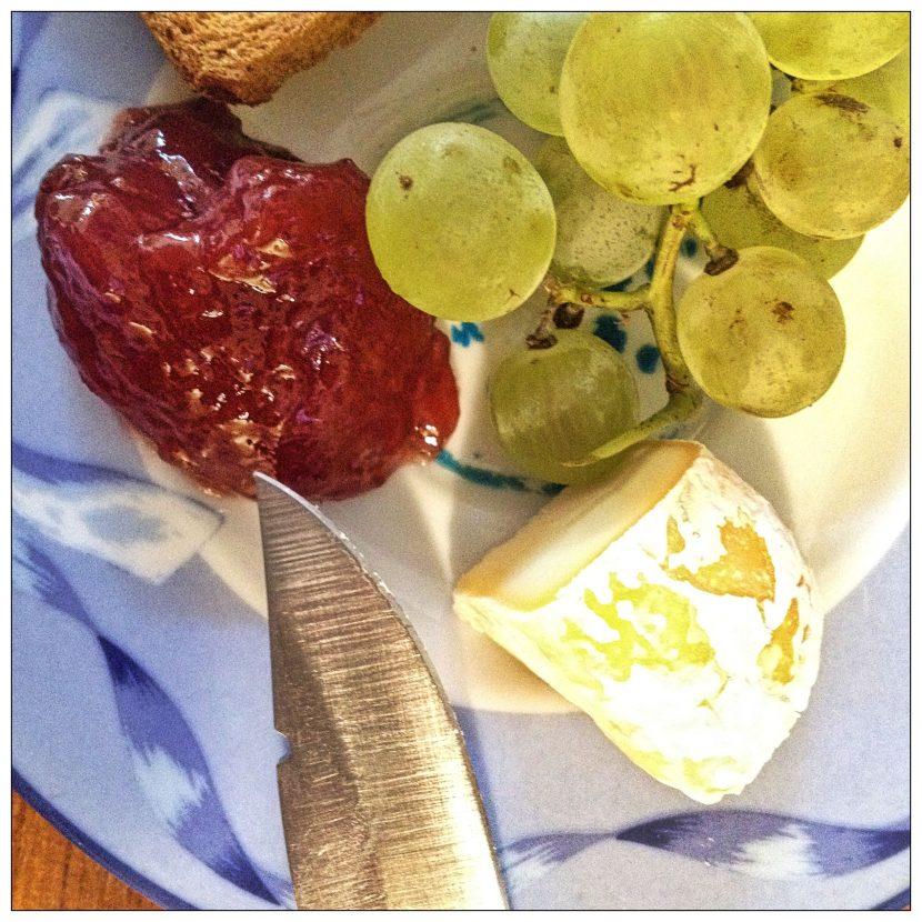confiture, raisin, fromage et un couteau !