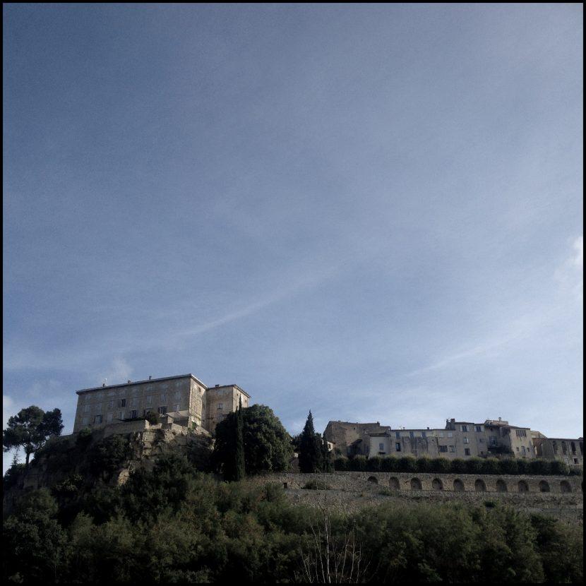 Le village provençal de Lauris vu de la nationale en contrebas.