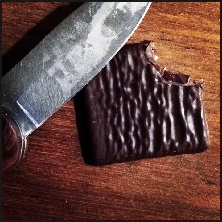 Un couteau et une armé de chocolat menthe entamé !