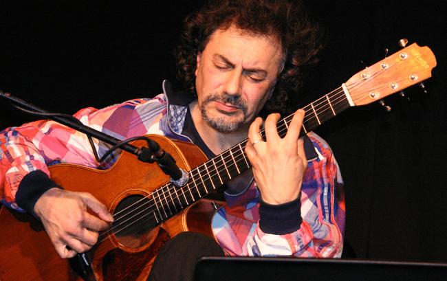 [Playing Guitar] Pierre Bensusan